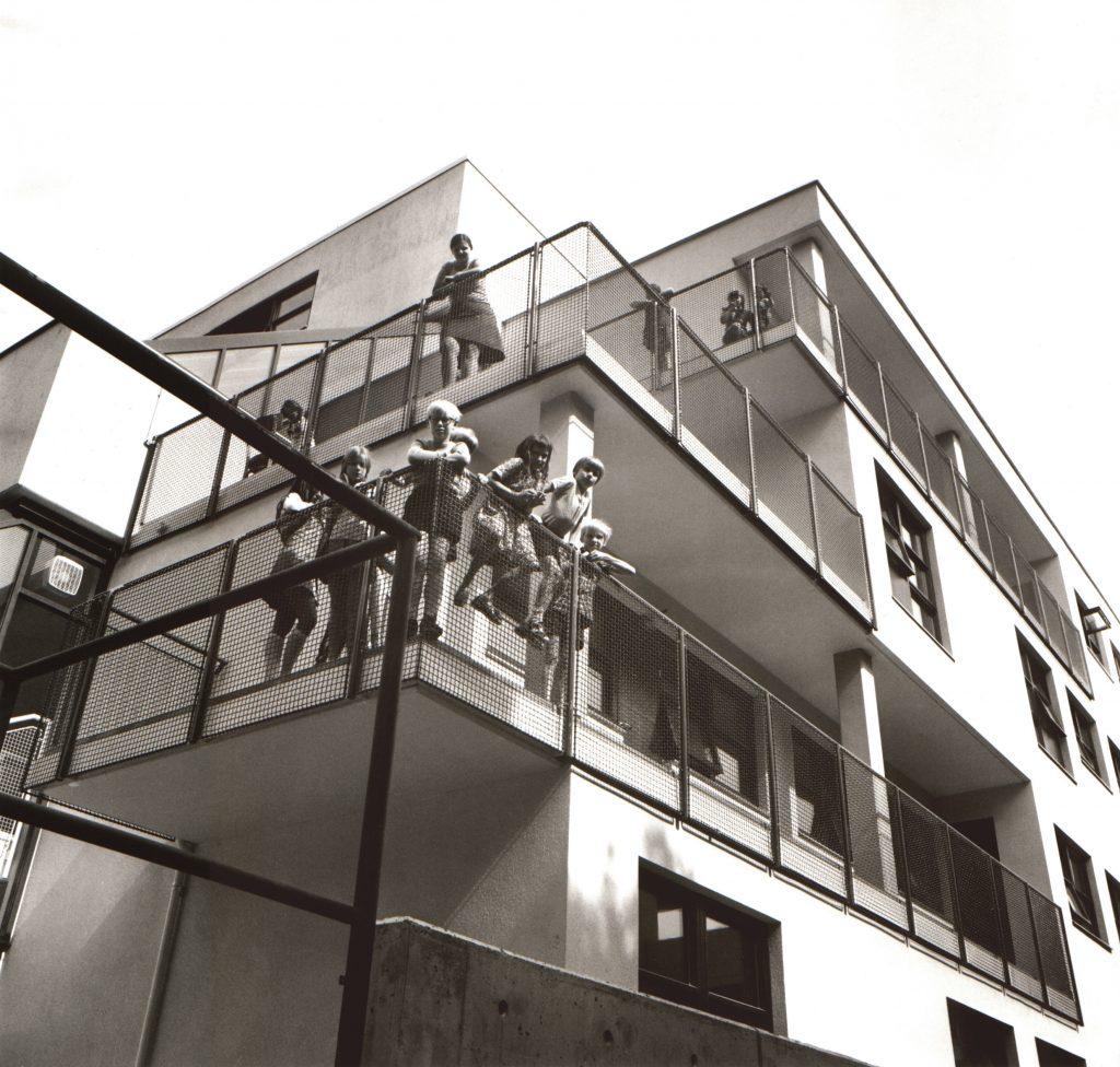 Außenaufnahme eines Gebäudes mit Menschen
