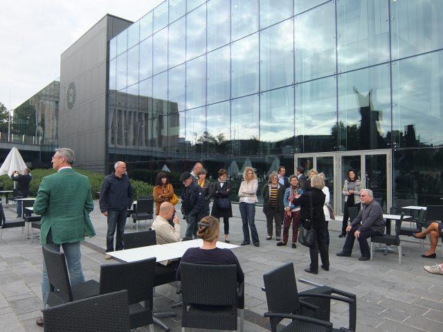 Personengruppe vor Gebäude