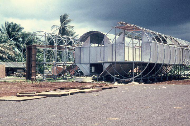 Baustellenfoto mit Palmen im Hintergrund