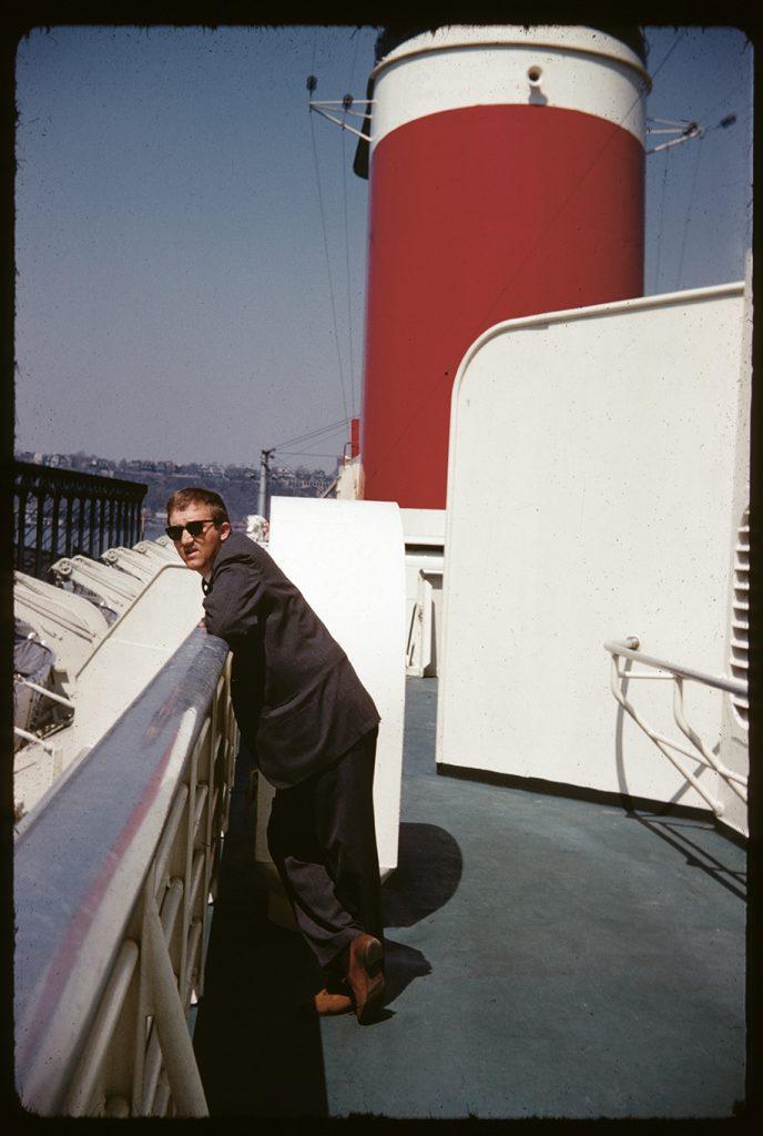 Architekt Holzbauer auf einem Schiff