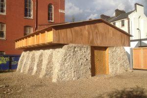 Sonnenbeleuchtetes Haus mit Holzdach