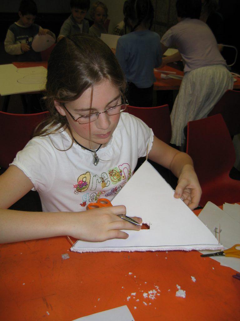 Ein Mädchen mit einem Dreieck aus Styropor in der Hand