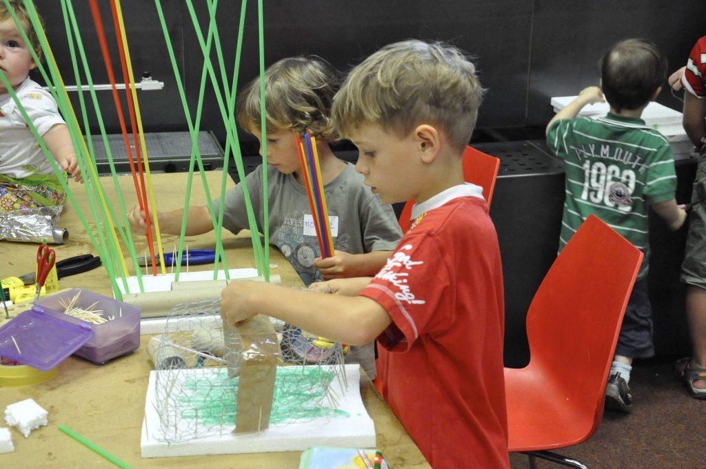 Zwei Kinder beim Modellbau