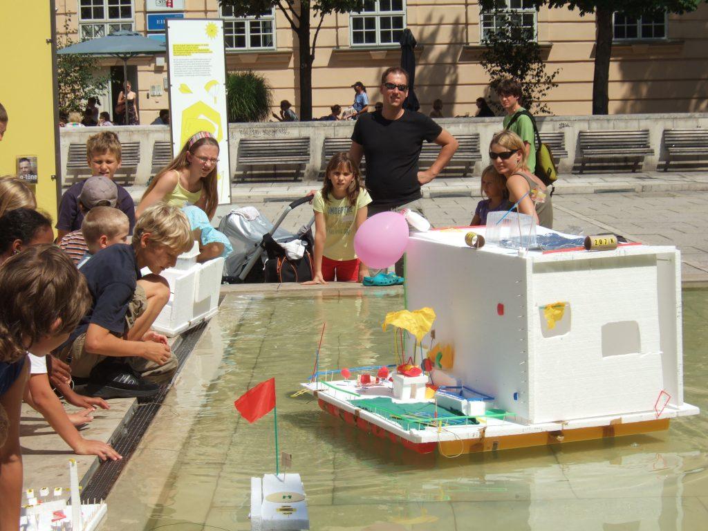 Styropormodell eines selbstgebauten schwimmenden Hauses auf dem Brunnen im MuseumsQuartier