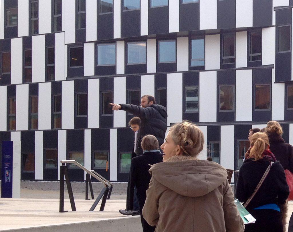 Ein Architektur-Guide zeigt moderne Architektur