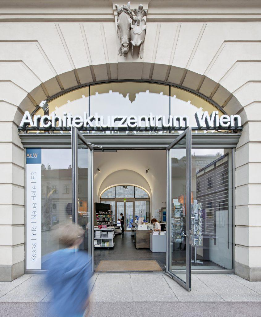 Offene Eingangstür ins Museum