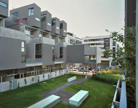 Wohnhausanlage mit Wiese in der Mitte