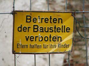"""Warnhinweisschild mit dem Schriftzug """"Betreten der Baustelle verboten. Eltern haften für ihre Kinder"""""""