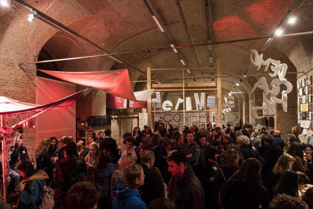 Menschenmenge in einer Ausstellung
