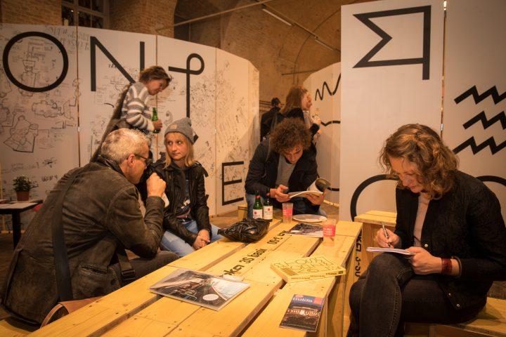 6 Personen in einer Ausstellung