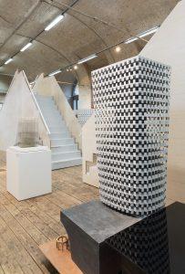 Zwei Architekturmodelle vor einer weißen Treppe