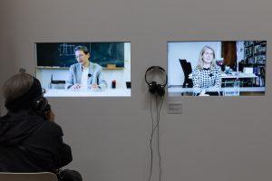 Videowall mit Kopfhörer
