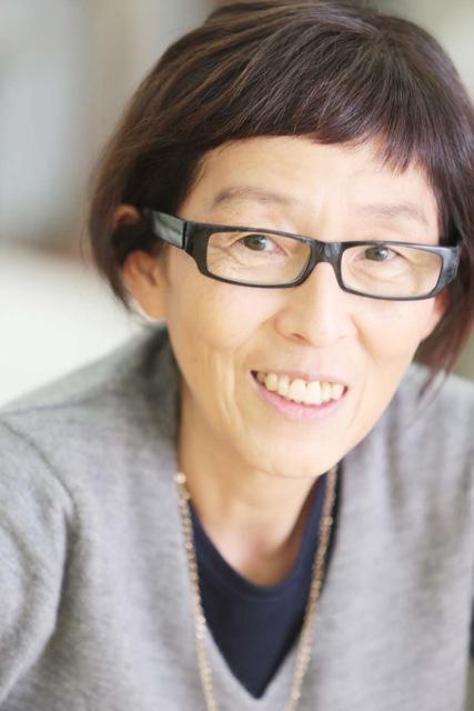 Portrait einer Frau mit schwarzer Brille