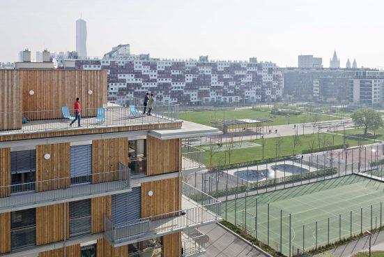 Außenansicht Wohngebäude mit Park im Hintergrund