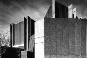 schwarz-weiß Foto mit Betonhaus