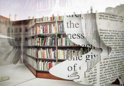 SChaufenster mit Bücherwand