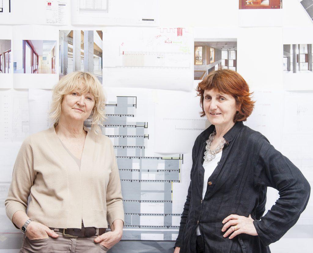 Zwei Frauen mit blonden und roten Haaren
