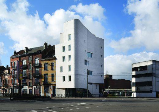 Ansicht weißes, mehrstöckiges Haus mit abgerundeten Kanten