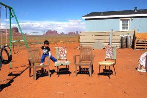 4 Sessel in der Wüste mit Kind