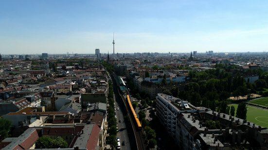 große Stadt mit blauem Himmel