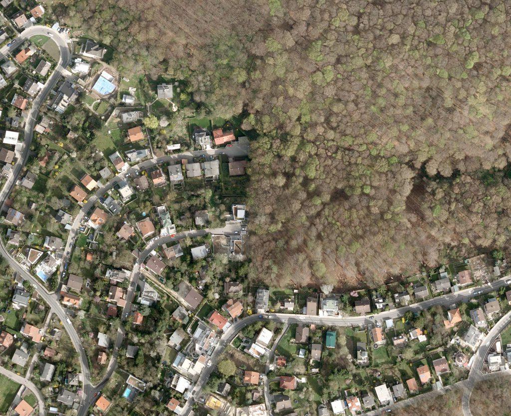 Luftbild einer Siedlung am Stadtrand
