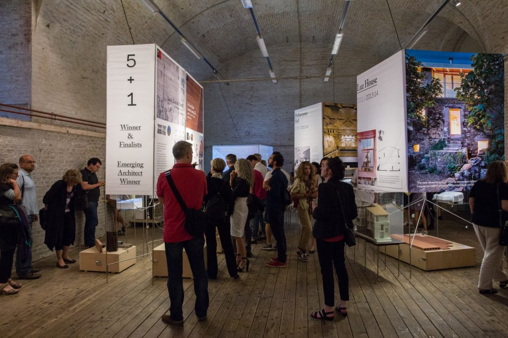 Menschen in einer Ausstellung mit Schautafeln