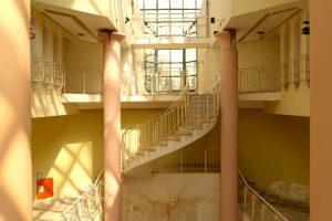 Eine geschwungene Treppe mit zwei Säulen