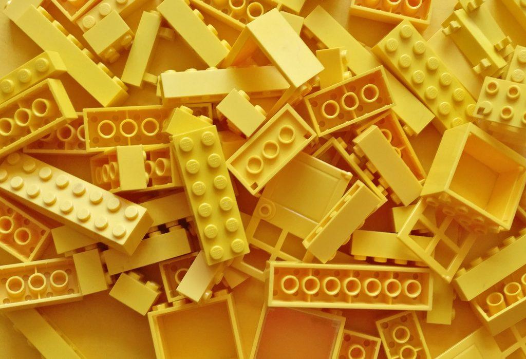 viele gelbe Legosteine ungeordnet übereinander