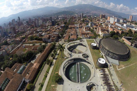 Luftaufnahme eines Areals mit kreisförmigen baulichen Vertiefungen