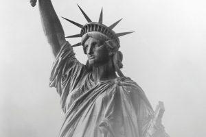 Schwarz-weiß-Aufnahme der Freiheitsstatue im Nebel