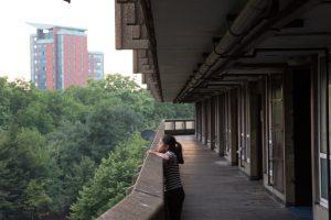 Mädchen auf einem Balkon