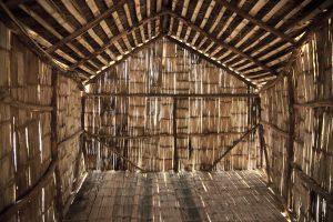 Innenraum einer Holzhütte