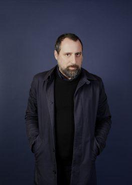 schwarz gekleideter dunkelhaariger Mann mit Bart
