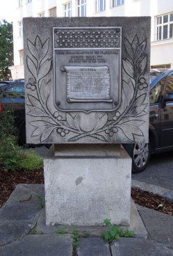 Steinkubus mit Inschrift