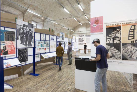 Menschen in Ausstellung