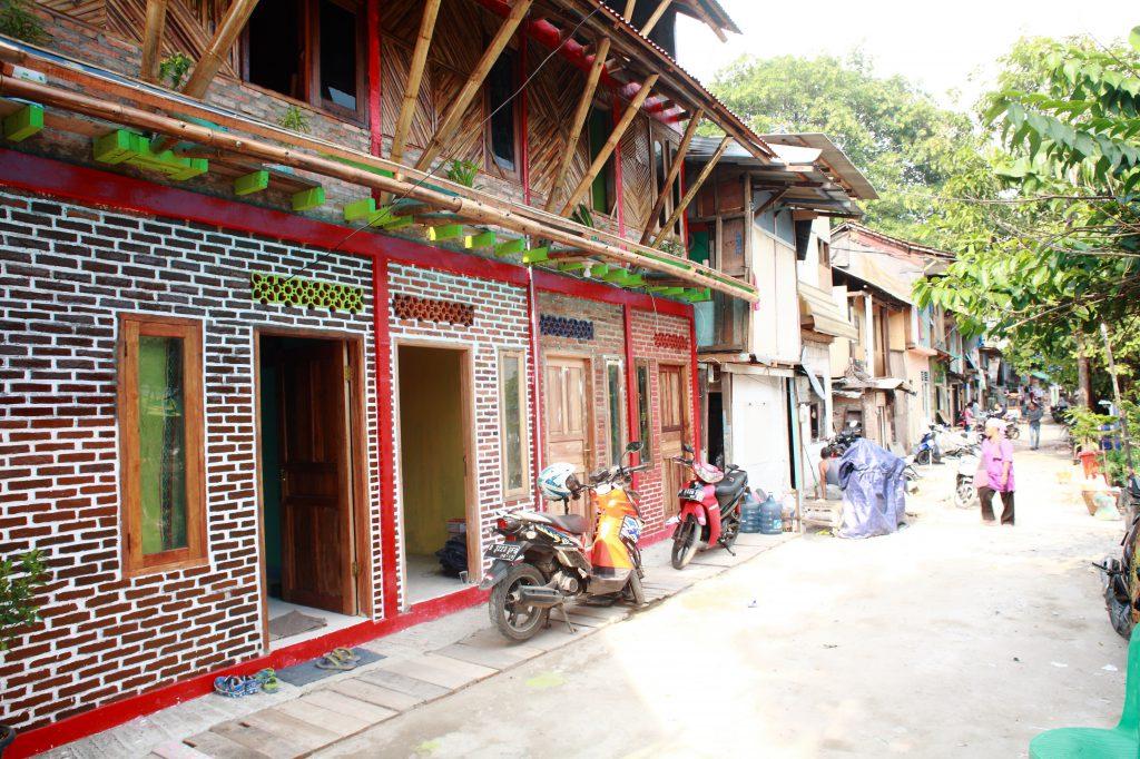 Häuser mit mehrfarbigen Fassaden; Mopeds parken davor