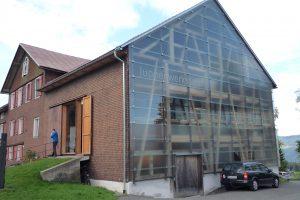 Haus mit Schindelfassade einerseits und Glasfassade andererseits