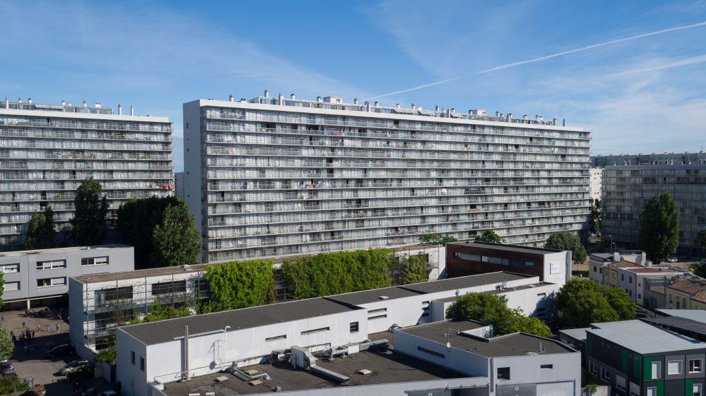 großer Wohnblock mit Glasfassade