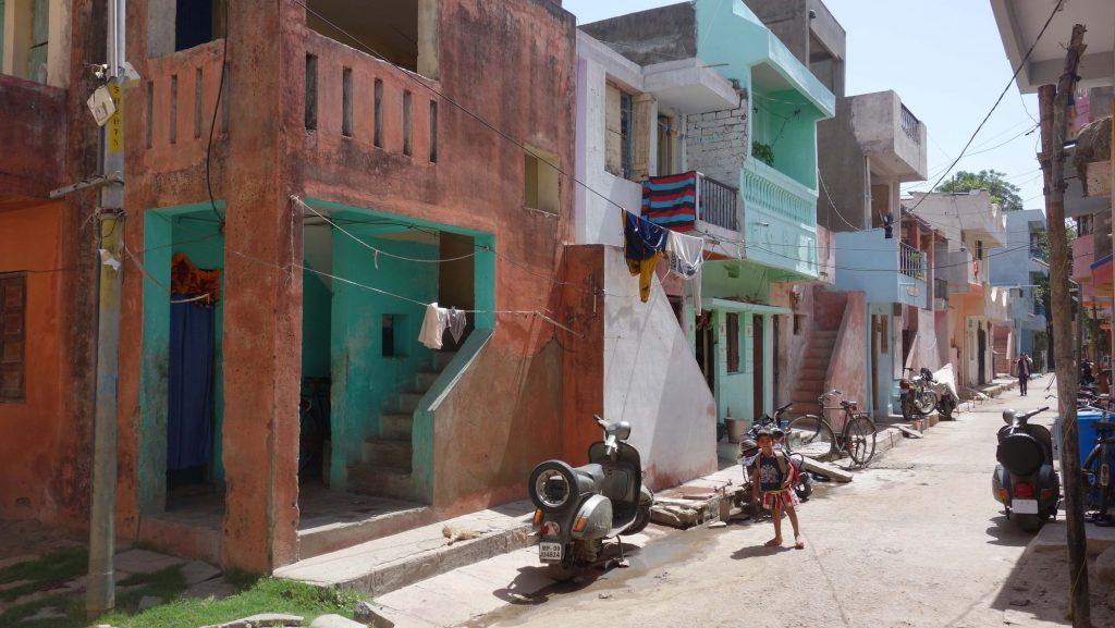 bunte Häuser mit türkis-grüner Tür