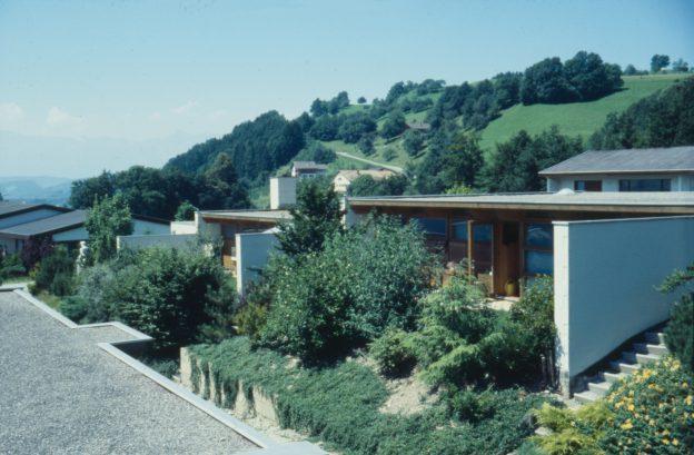 Flachdachhäuser mit Vorgärten