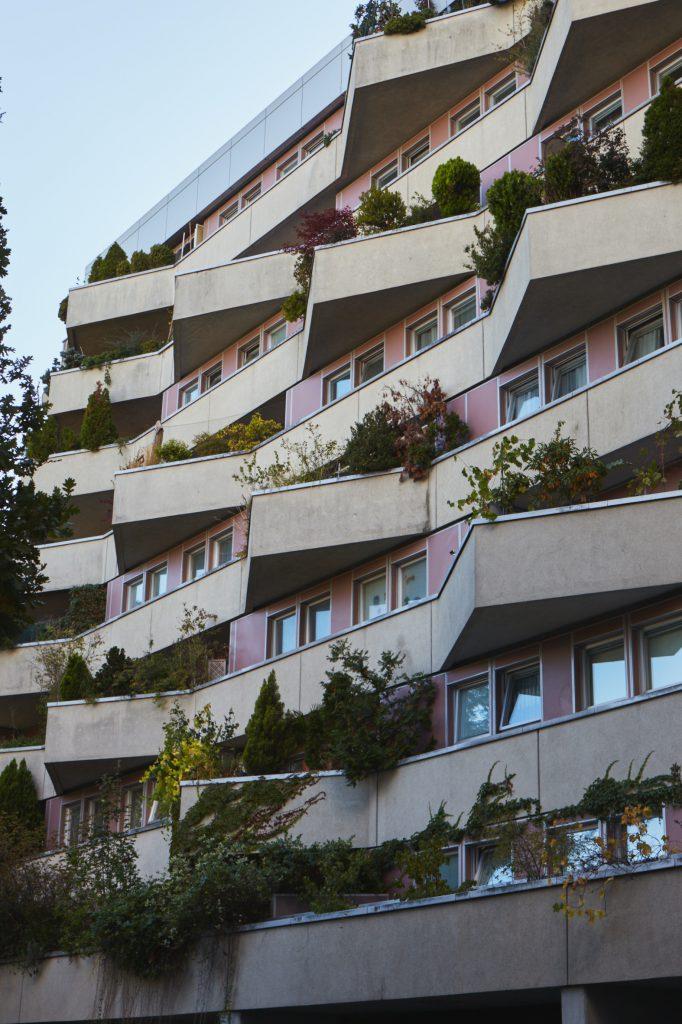 Hausfassade mit 3-eckigen Balkonen