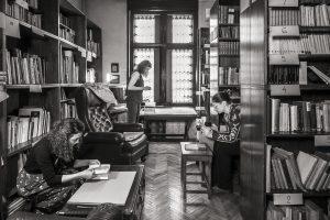 schwarz-weiß Foto mit 3 frauen in einer Bibliothek