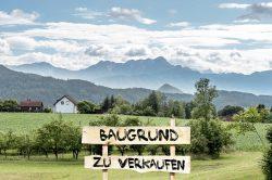 """Landschaft mit Schild """"Baugrund zu verkaufen"""""""