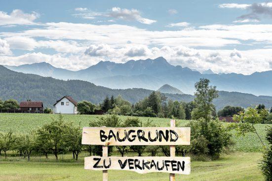 Landschaft mit Schild