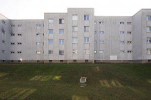 gruaer Apartmentblock und Wiese