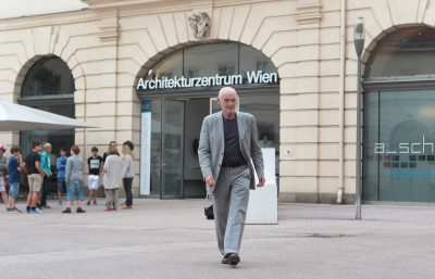 Mann in grauem Anzug vor Eingang Architekturzentrum Wien