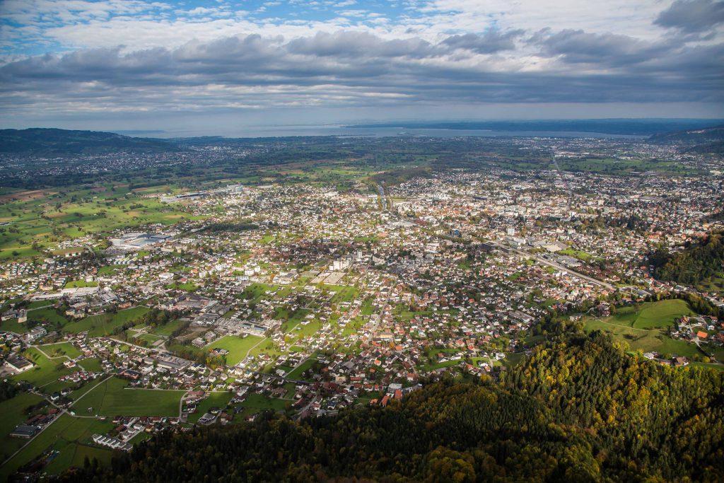 Luftbild mit Draufsicht auf eine Stadt