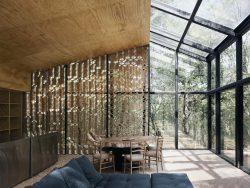 Innenraum mit Glas- und Holzdach bzw. -fassade
