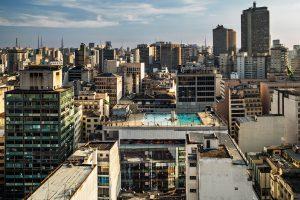 Ansicht auf Großstadt mit Pool im Dach