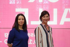 Zwei Frauen vor einem rosa Hintergrund